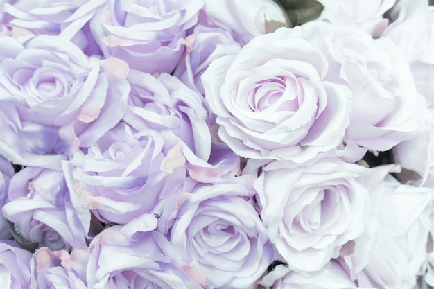 バレンタインデーのコンセプトとして、背景がぼやけた多くの生地の淡い紫色のバラのクローズアップ。