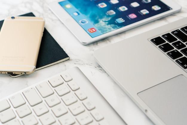 기술 장비와 대리석 테이블의 클로즈업
