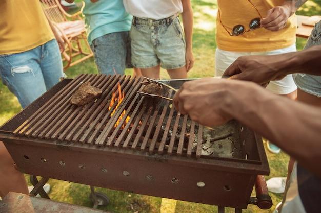 Закройте мясо на гриле, барбекю, летний образ жизни