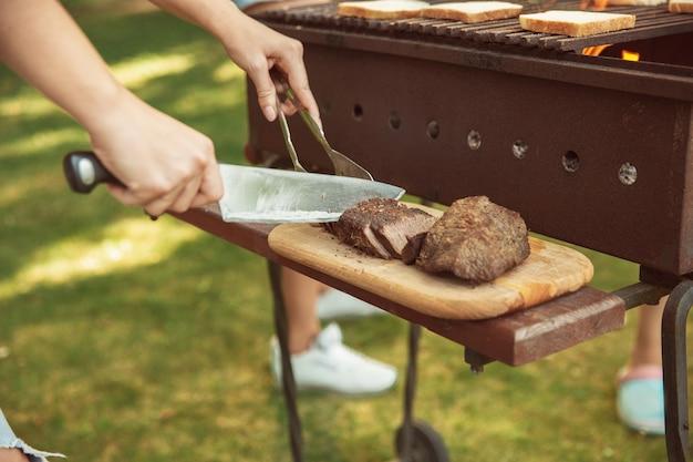 肉のグリル、バーベキュー、夏のライフスタイルのクローズアップ