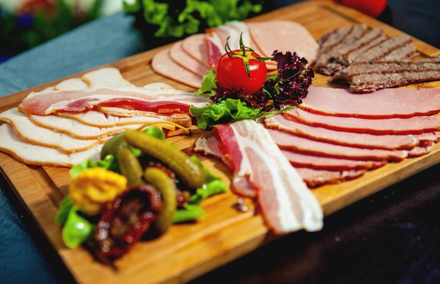햄, 살라미 소시지, 쇠고기 조각, 소시지와 고기 플래터의 클로즈업