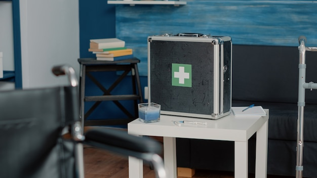 医療機器で満たされた医療ブリーフケースのクローズアップ