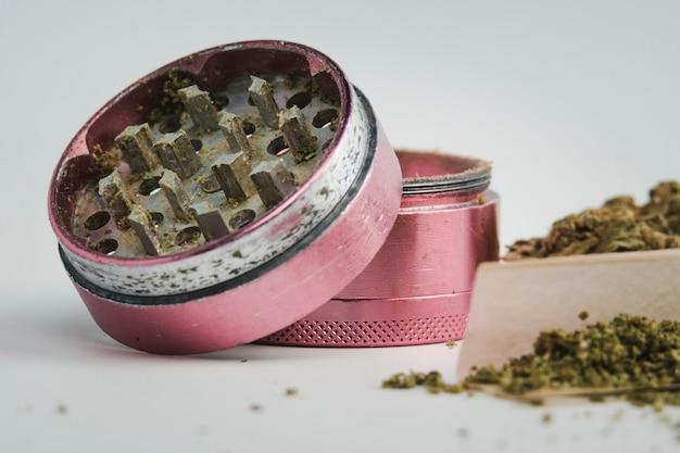 화이트에 분쇄기와 의료 마리화나 새싹의 클로즈업