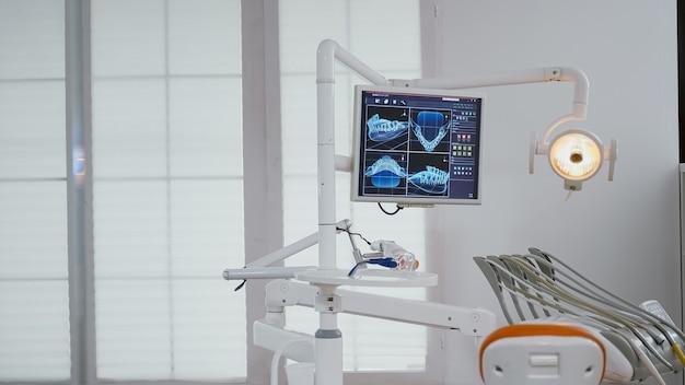 Крупным планом дисплей медицинского ортодонта с рентгеновскими изображениями зубов на нем
