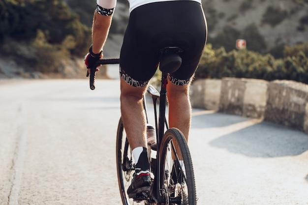 자전거를 타는 반바지에 남자의 스포츠 엉덩이의 클로즈업