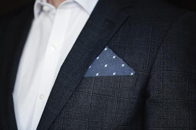 ポケットチーフのメンズスーツのクローズアップ。