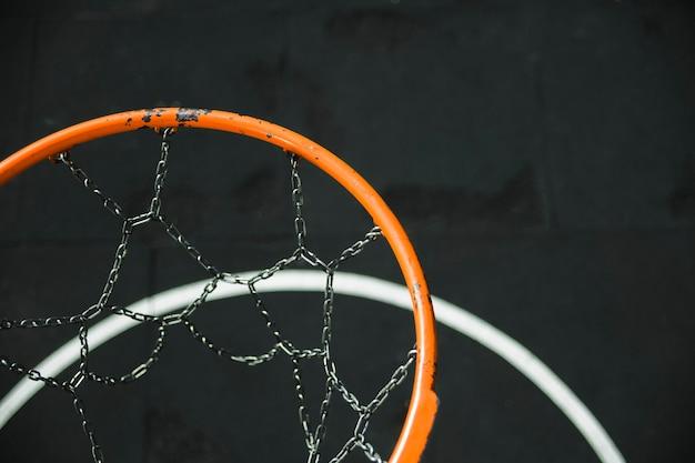 Крупным планом металлического баскетбольного кольца