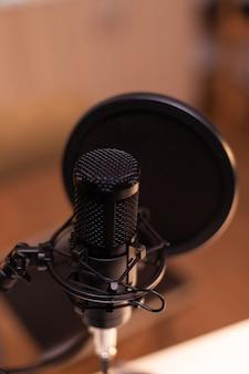 レコーディングスタジオ、テクノロジー、オーディオ機器のマイクのクローズアップ。プロダクションマイク、デジタルwebインターネットストリーミングステーションを使用したソーシャルメディアコンテンツの記録