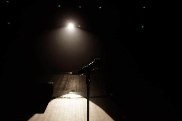Крупным планом микрофон на сцене