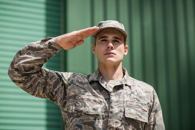 ブートキャンプで敬礼を与える軍の兵士のクローズアップ