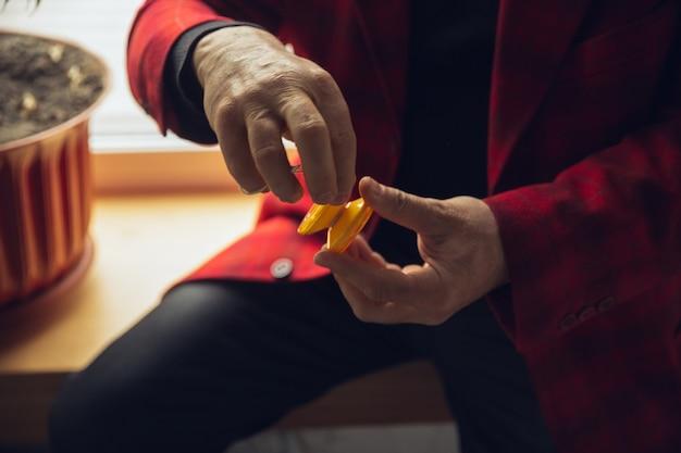 Крупный план миллениального мальчика, использующего ретро-игрушки, встречающего вещи из прошлого и веселого,
