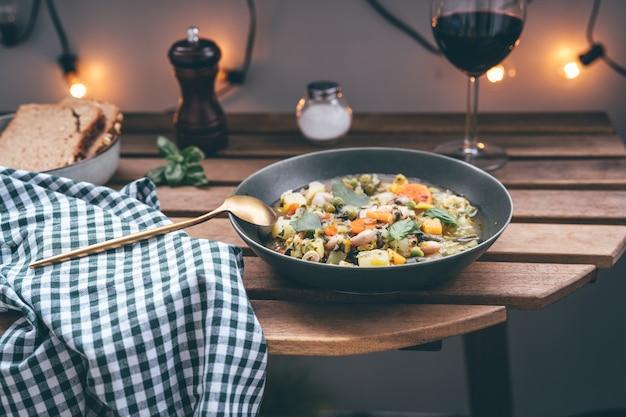 야외에서 제공되는 미네스트로네 수프 클로즈업