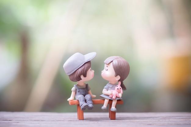 낭만적 인 키스에 미니 커플 인형의 클로즈업