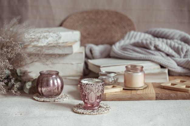 キャンドル用のミニチュアローソク足のクローズアップ。家の装飾と快適さのコンセプト。