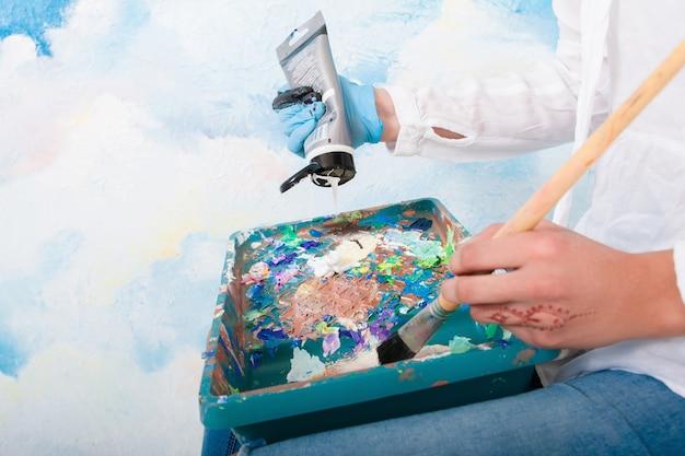 パレット内の混合塗料のクローズアップ