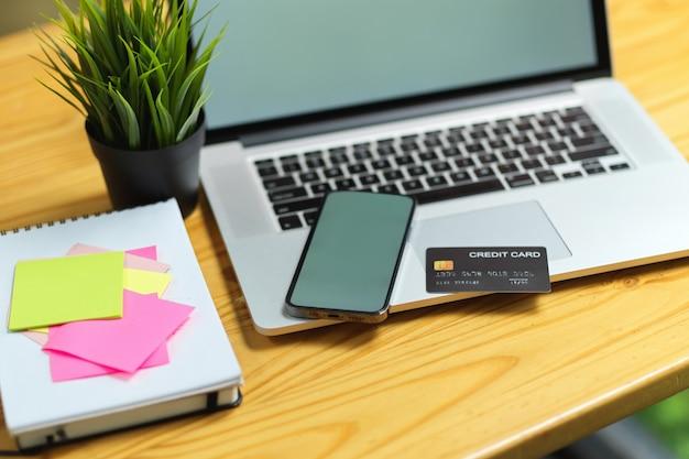 휴대폰 및 노트북 빈 화면 닫기 신용 카드, 책상 위의 스티커 메모