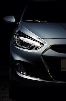 現代的な車のヘッドライトのクローズアップ