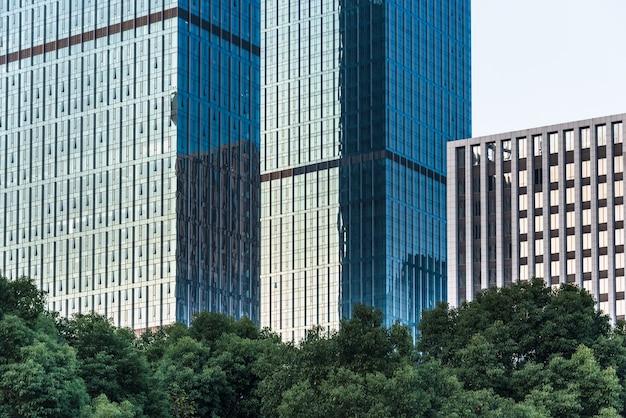Крупный план современных офисных зданий