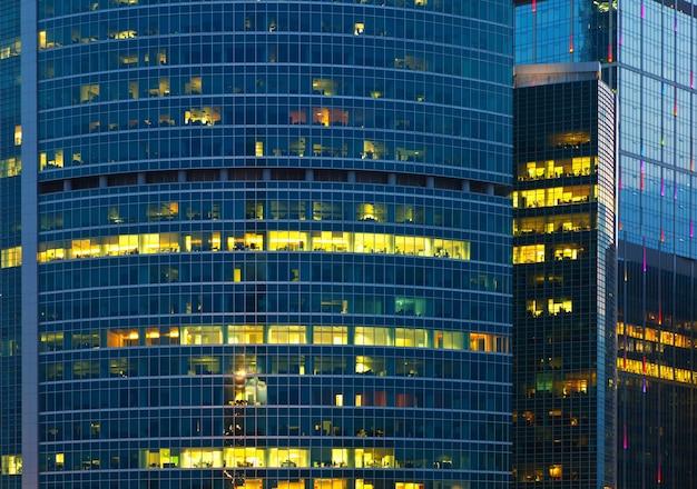 Крупный план современного небоскреба