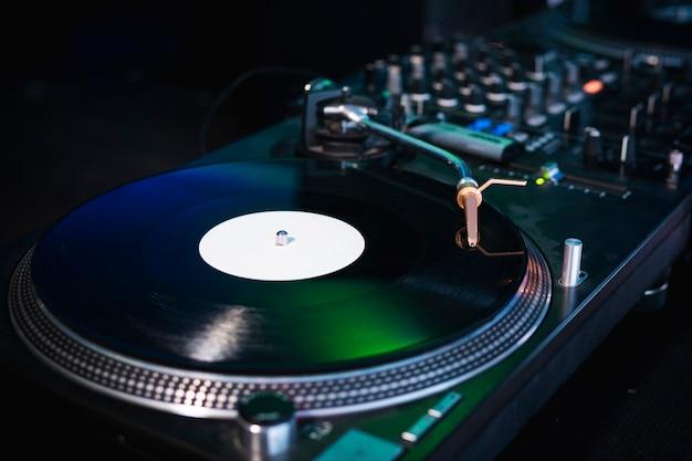 ミュージックプレート付きのモダンなターンテーブルビニールレコードプレーヤーのクローズアップ