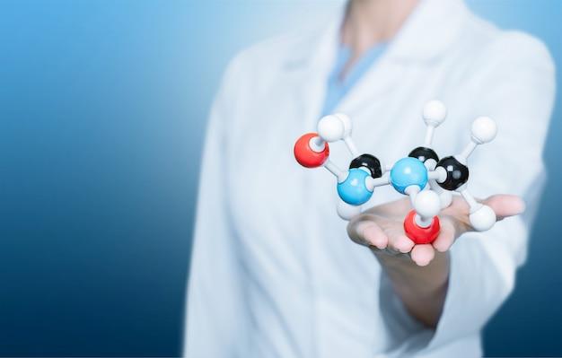 배경에 손에 분자 구조 모델의 클로즈업