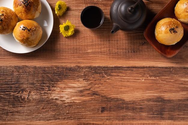 月餅卵黄ペストリー、木製のテーブルの背景に中秋節の休日の月餅のクローズアップ