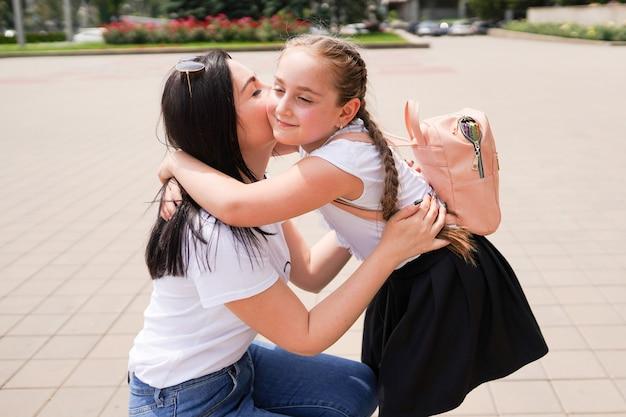 学校に向けて出発する母と娘のクローズアップ