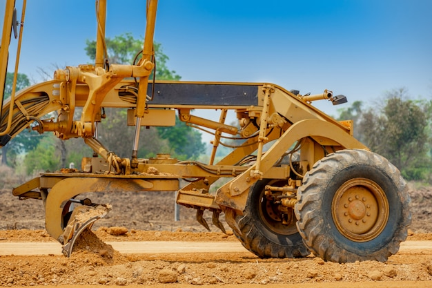 Крупным планом очистки автогрейдера и выравнивания поверхности строительной площадки