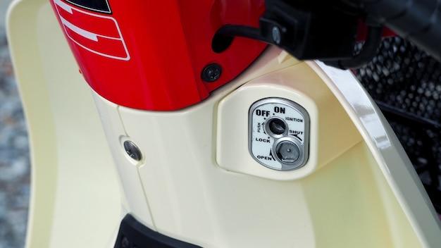 Крупный план частей мотоцикла из красного и белого цвета старого ретро японского велосипеда, такого как свет, начало