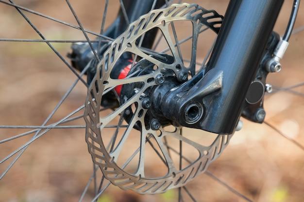 Крупный план переднего колеса горного велосипеда