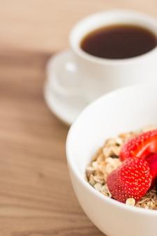 Крупный план чаши мюсли и кофе