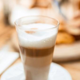 거품과 함께 다층 커피 유리의 클로즈업