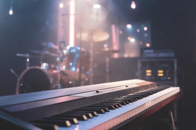 美しい照明で屋内の音楽キーのクローズアップ。