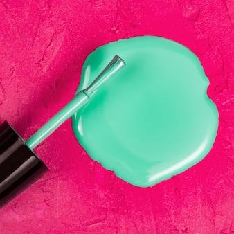 Крупный план лака для ногтей в форме круга на розовом пространстве для макияжа