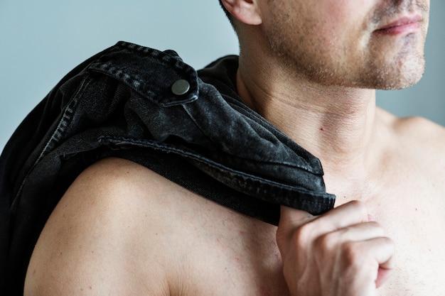 裸の男の彼の服を彼の肩にぴったり