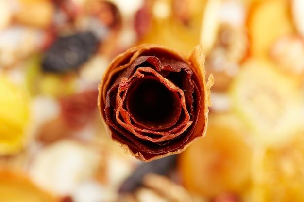 흰색 바탕에 천연 과일과 열매 마름모꼴 다른 색상의 닫습니다. 맛있는 딸기와 건강한 간식에서 자연 과자의 개념.
