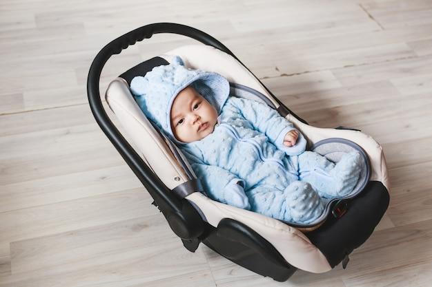 生まれたばかりの混血の赤ちゃんのクローズアップ。アジアとイギリスの生まれたばかりの赤ちゃん。