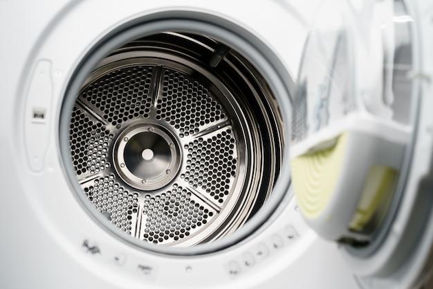 家電店の新しい乾燥機のクローズアップ