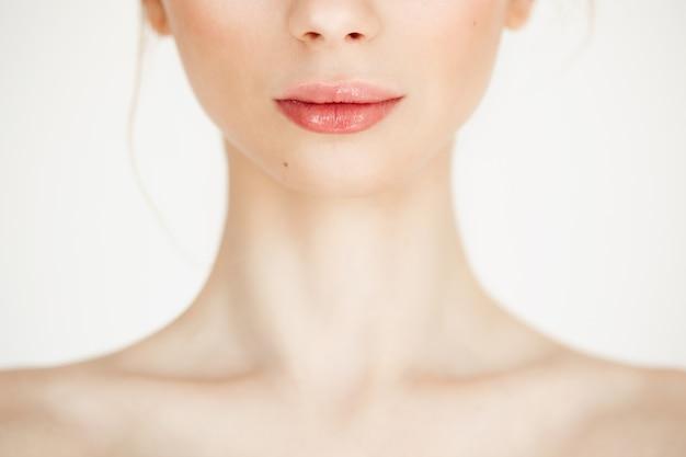 きれいな健康的な肌を持つ裸の美しい少女のクローズアップ。コピースペース。美容とスパ。