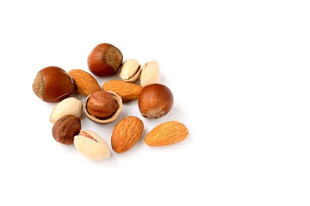 白い背景の上のナッツのクローズアップ