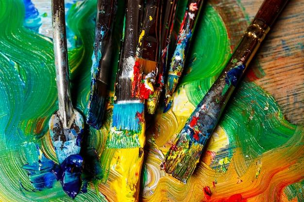 Крупным планом масляных красок и кистей на палитре