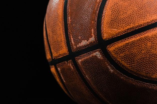 古いバスケットボールのボールのクローズアップ