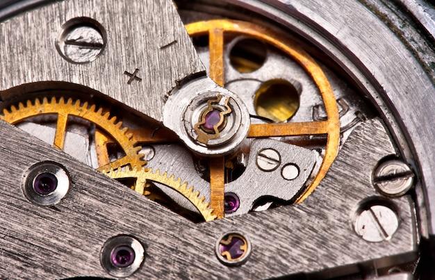 기어가 있는 오래된 시계 메커니즘의 클로즈업