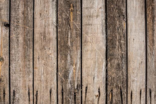 古い灰色の木製のフェンスパネルのクローズアップ