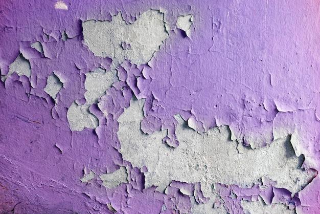 Закройте старые трещины штукатурки на стене.