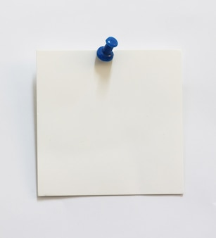 画鋲で古い破れた紙のクローズアップ