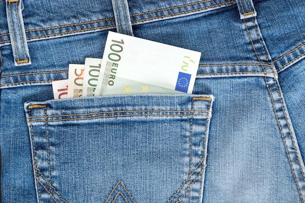 ジーンズのポケットに100ユーロ紙幣のクローズアップ。