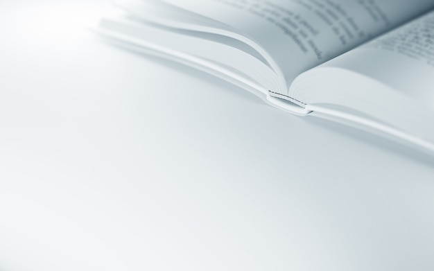 Крупный план открытой книги на белой поверхности