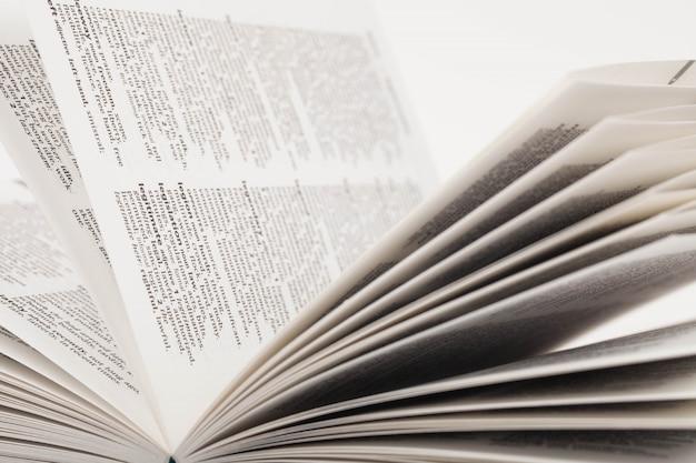Крупный план открытого словаря