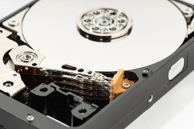 Закройте открытый жесткий диск hdd. хранение данных компьютерного оборудования